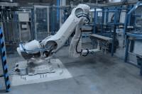 Robotické pracoviště pro manipulaci s díly